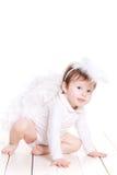 Pequeño ángel con las alas aisladas en el blanco Imágenes de archivo libres de regalías