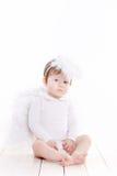 Pequeño ángel con las alas aisladas en el blanco Fotografía de archivo