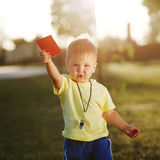 Pequeño árbitro lindo con la tarjeta roja Imágenes de archivo libres de regalías