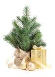 Pequeño árbol de navidad con la caja de la decoración y de regalo Imagen de archivo libre de regalías