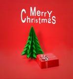 Pequeño árbol de navidad con la caja de regalo Fotografía de archivo libre de regalías