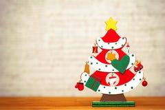 Pequeño árbol de navidad decorativo hermoso del juguete Tiempo de la Navidad, Año Nuevo Imagen de archivo