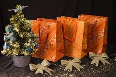 Pequeño árbol de navidad en el fondo para las postales y los saludos Imágenes de archivo libres de regalías