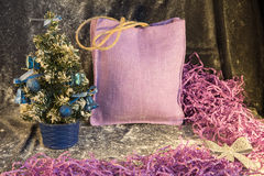 Pequeño árbol de navidad en el fondo para las postales y los saludos Foto de archivo