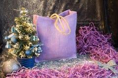 Pequeño árbol de navidad en el fondo para las postales y los saludos Foto de archivo libre de regalías