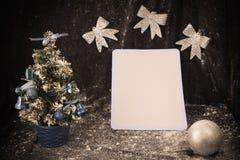 Pequeño árbol de navidad en el fondo para las postales y los saludos Imagen de archivo libre de regalías