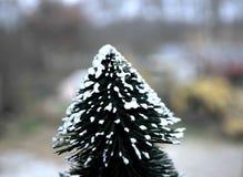 Pequeño árbol de navidad hecho a mano colocado por la ventana Imagenes de archivo