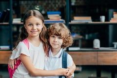 pequeño abarcamiento adorable del hermano y de la hermana Foto de archivo libre de regalías