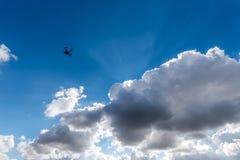 Pequeño abejón y nubes oscuras Fotografía de archivo