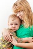 Pequeño abrazo caucásico rubio de las hermanas Foto de archivo libre de regalías
