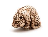 Pequeño accesorio japonés de un tigre asentado Aislado Imágenes de archivo libres de regalías