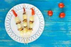 Pequeño ` adobado de la perla del ` de la cebolla en los palillos de bambú con las setas fritas Foto de archivo libre de regalías