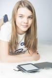 Pequeño adolescente con el eBook en casa Fotos de archivo