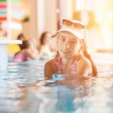 Pequeño adolescente en piscina del centro turístico del hotel cerca de una barra Fotos de archivo