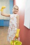 Pequeño adolescente hermoso con las herramientas de la limpieza en la cocina Fotografía de archivo libre de regalías