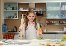 Pequeño adolescente positivo que hace la pasta en la cocina Fotografía de archivo libre de regalías