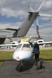 Pequeño aeroplano adornado por el arco-nudo de oro en el salón aeroespacial internacional MAKS-2017 de MAKS Imagenes de archivo