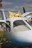 Pequeño aeroplano adornado por el arco-nudo de oro en el salón aeroespacial internacional MAKS-2017 de MAKS Imágenes de archivo libres de regalías