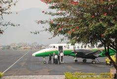 Pequeño aeroplano del pasajero en el aeropuerto de Pokhara temprano por la mañana que se prepara para volar foto de archivo
