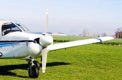 Pequeño aeroplano en la tierra imagen de archivo