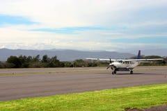 Pequeño aeroplano en montañas Imagen de archivo libre de regalías