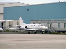 Pequeño aeroplano estacionado fotos de archivo
