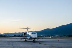 Pequeño aeroplano o avión parqueado en el aeropuerto Imagen de archivo