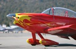 Pequeño aeroplano rojo imagen de archivo