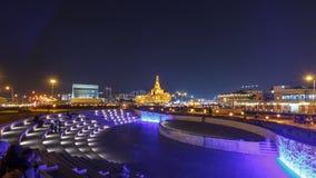 Pequeño amphitheatre en el parque de Souq Waqif en el hyperlapse del timelapse de la noche en Doha metrajes
