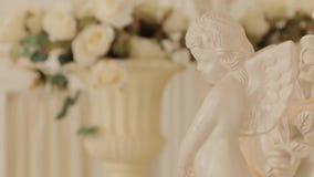 Pequeño Angel Sculpture, tiro medio almacen de metraje de vídeo