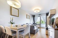 Pequeño apartamento - serie interior moderna del desugn imagen de archivo