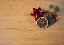 Pequeño arreglo de la Navidad con la estrella en de madera fotografía de archivo libre de regalías