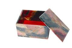 Pequeño ataúd de piedra de rhodonite con una tapa abierta aislada Fotos de archivo libres de regalías