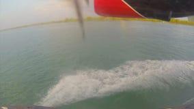 Pequeño aterrizaje del hidroavión en el agua en los Maldivas almacen de metraje de vídeo