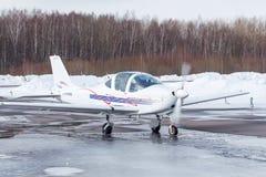 Pequeño avión en el aeropuerto en invierno Imágenes de archivo libres de regalías