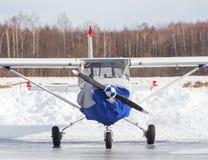 Pequeño avión en el aeropuerto en invierno Imagenes de archivo