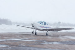 Pequeño avión en el aeropuerto en invierno Imagen de archivo