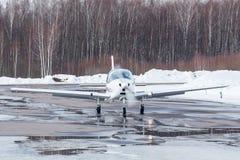 Pequeño avión en el aeropuerto en invierno Fotos de archivo libres de regalías