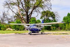 Pequeño avión turístico en el delta del río de Okavango Foto de archivo