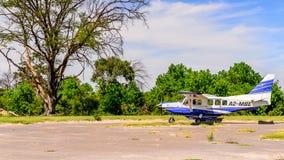 Pequeño avión turístico en el delta del río de Okavango Foto de archivo libre de regalías