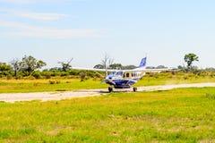 Pequeño avión turístico en el delta del río de Okavango Fotos de archivo
