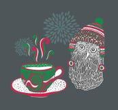 Pequeño búho con una taza de té caliente Fotos de archivo