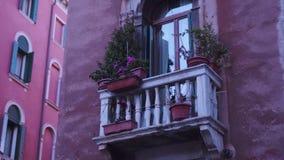 Pequeño balcón de la casa de Venecia almacen de video