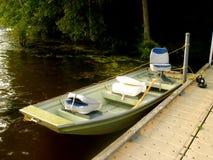 Pequeño barco de la pesca deportiva en el lago Fotografía de archivo libre de regalías