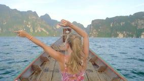 Pequeño barco de madera en el lago almacen de metraje de vídeo