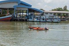 Pequeño barco de madera inestable del pescador Imagen de archivo libre de regalías