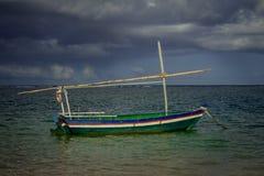 Pequeño barco de madera para pescar al borde del mar imagen de archivo libre de regalías