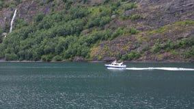 Pequeño barco de motor con los turistas en el fiordo de Noruega almacen de metraje de vídeo