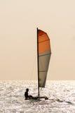 Pequeño barco de navegación del casco gemelo en el océano tranquilo Imagenes de archivo