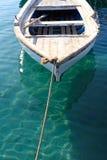 Pequeño barco de pesca asegurado Foto de archivo libre de regalías